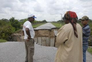Alcantarilla en el tramo de la carretera de acceso a la Fábrica de Cemento de Siguaney severamente dañada por las lluvias. (foto: Vicente Brito)