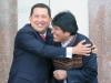 Chávez, una vida dedicada a la lucha por el pueblo. El presidente venezolano abraza a su homólogo boliviano, Evo Morales, durante la XXXIV Cumbre del Mercosur en Montevideo.