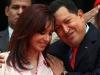 Chávez, una vida dedicada a la lucha por el pueblo. Chávez saluda afectuosamente a su homóloga argentina, Cristina Fernández de Kirchner, en el palacio presidencial de Miraflores, en Caracas.