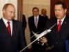 Chávez, una vida dedicada a la lucha por el pueblo. Hugo Chávez con una réplica de un Tupolev TU-160 junto al entonces primer ministro y actual presidente ruso, Vladímir Putin, durante su reunión en Moscú.