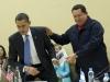 Chávez, una vida dedicada a la lucha por el pueblo. Hugo Chávez entrega a su homólogo estadounidense, Barack Obama, el libro 'Las venas abiertas de América Latina' durante una reunión multilateral de la Cumbre de las Américas en Puerto España, Trinidad y Tobago.
