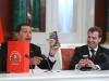Chávez, una vida dedicada a la lucha por el pueblo. Hugo Chávez entrega unos regalos a Dmitri Medvédev, ex presidente de Rusia (2008-2012) y actual primer ministro, durante una conferencia de prensa celebrada en el Kremlin.