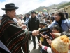 Chávez, una vida dedicada a la lucha por el pueblo. Chávez junto con su homólogo boliviano, Evo Morales, saluda a la gente durante su visita al país andino.