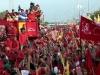 Chávez, una vida dedicada a la lucha por el pueblo. Hugo Chávez saluda a sus partidarios durante un acto de campaña electoral para las presidenciales del 7 de octubre, en las que fue reelegido.
