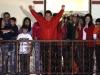 Chávez, una vida dedicada a la lucha por el pueblo. Hugo Chávez saluda a sus partidarios tras recibir la noticia de su reelección con el 54,42% de los votos, derrotando así al principal candidato opositor, Henrique Capriles, que obtuvo el 44,47%.