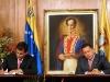 Chávez, una vida dedicada a la lucha por el pueblo. Hugo Chávez firma acuerdos bilaterales con el presidente electo de Ecuador, Rafael Correa, en el palacio presidencial de Miraflores, en Caracas.