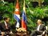 Colaboración entre dos pueblos hermanos.Raúl Castro Ruz, Presidente de los Consejos de Estado y de Ministros, dio la bienvenida en la tarde de este sábado 27 de abril, al Presidente de la República Bolivariana de Venezuela, Nicolás Maduro Moros.