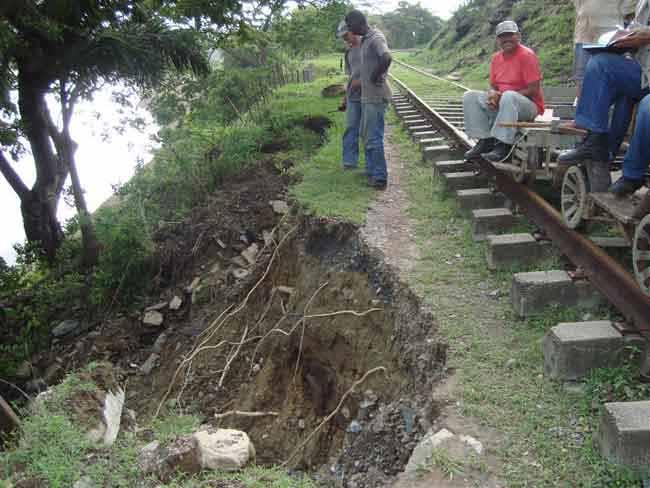 Las fuertes crecidas y las inundaciones provocaron socavaciones en varios tramos.
