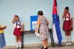 Democracia en las urnas. Ancianos llegan al colegio electoral para ejercer su derecho al voto. (Foto: Vicente Brito/ Escambray)