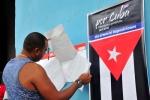 Democracia en las urnas. Espirituanos verifican sus nombres en la lista de electores antes de ejercer el voto. (Foto: Vicente Brito/ Escambray)