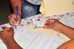 Democracia en las urnas. En la cabecera provincial, la llovizna fina a esta hora no impide que los electores ejerzan su derecho al voto. (Foto: Vicente Brito/ Escambray)