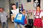 Democracia en las urnas. Miembro de la mesa electoral muestra a los electores la urna antes de comenzar los comicios. (Foto: Vicente Brito/ Escambray)