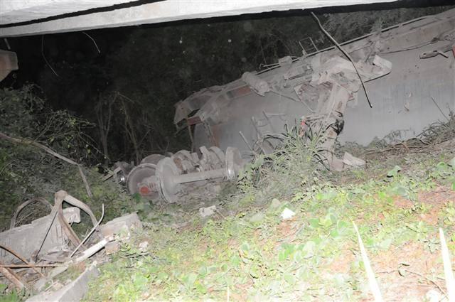 El tren de carga viajaba desde la Habana hacia Camagüey, cuando once de los 15 vagones descarrilados se volcaron desde el puente con ocho silos de cemento, dos casillas de refresco y una plancha contenedora de tabaco en picadura.