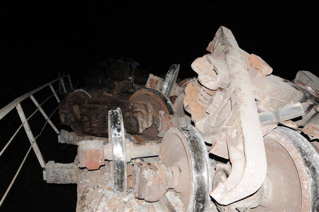 Un total de ocho silos de cemento se encuentran entre piezas descarriladas (Foto: Vicente Brito)