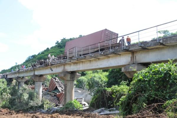 El accidente ferroviario en las proximidades de Zaza del Medio se califica como de gran envergadura por los daños ocasionados a la vía. Foto Vicente Brito.