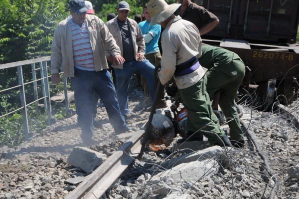 Este sábado comenzaron las labores de recuperación de la vía. Foto Vicente Brito.