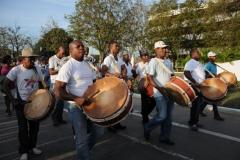 El desfile en Sancti Spíritus. Las contagiosas congas del Yayabo también sonaron en la plaza. (Foto: Vicente Brito/ Escambray)