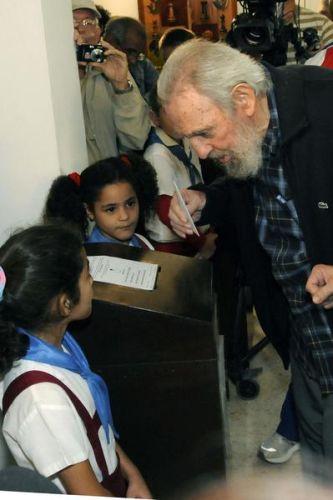 Líder histórico de la Revolución Cubana, Fidel Castro, ejerció su derecho al voto. El Comandante en Jefe ejerció su derecho al voto en el Colegio Electoral # 1 de la Circunscripción 13 del municipio de Plaza de la Revolución, en La Habana.