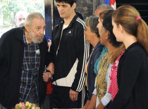 Líder histórico de la Revolución Cubana, Fidel Castro, ejerció su derecho al voto. El Comandante en Jefe Fidel Castro Ruz conversa con integrantes de la mesa electoral antes de ejercer su derecho al voto