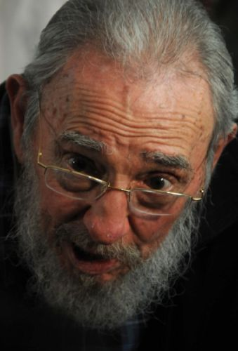 Fidel sobre el bloqueo: Cincuenta años y no han podido derrotarnos. Es necesario trabajar en seguir perfeccionando el país, es un deber actualizar el modelo socialista cubano, modernizarlo, pero sin cometer errores, expresó Fidel.
