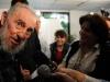 Fidel sobre el bloqueo: Cincuenta años y no han podido derrotarnos.El Comandante en Jefe pasó hora y media dialogando con los periodistas y los cientos de vecinos que pronto se reunieron a la salida del colegio electoral, cuando entre ellos se corrió como pólvora una sola palabra: ¡Fidel!