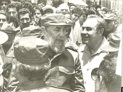 Recorre diversos centros sociales y económicos del municipio de Fomento.A su llegada a Fomento en mayo de 1989, un río humano salió a recibir al líder histórico de la Revolución cubana.
