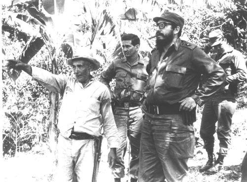 Fidel en Sancti Spíritus. Con Luis Felipe Dennis y un campesino del Escambray en los tiempos de la Lucha Contra Bandidos.