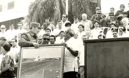 """Manolo, el Puentero Mayor le entrega a Fidel un gran regalo: """"En mi vida he construido 156 puentes. Mi obra queda para la historia en Nicaragüa e Iraq"""", le dice."""