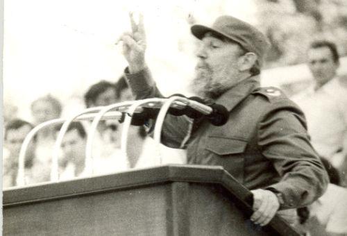 A las 6:00 p.m. Fidel pronuncia su discurso en la Plaza Mayor General Serafín Sánchez Valdivia.