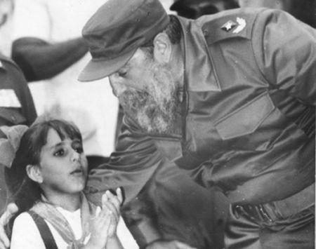 La pionera trinitaria Sonia Álvarez Guerra pone en manos de Fidel el álbum de las obras ejecutadas para establecer la doble sesión en los centros de la Enseñanza Primaria del territorio.