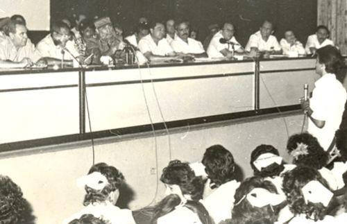 En horas de la noche sostiene un encuentro en la Facultad de Ciencias Médicas. Fidel ratifica que una de las ventajas más importantes del Programa del Médico de la Familia es la aceptación y confianza de la población.