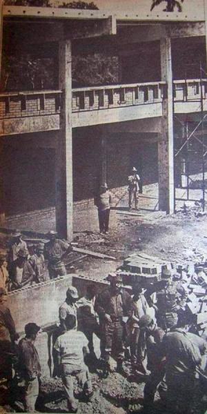 Fidel en la obra del seminternado de Banao, construido en 1965. (Foto: revista Bohemia)