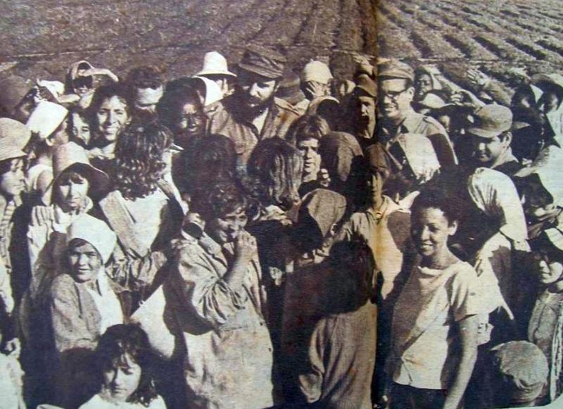 En cada recorrido por la zona no faltaba el intercambio con las mujeres insertadas en las faenas agrícolas. (Foto: revista Bohemia)