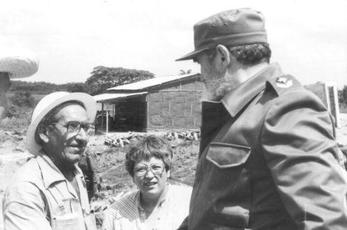 Al bajar la pasarela Fidel estrecha las manos de algunos de los presentes; allí dialoga con Manuel Pérez González, Manolo, el Puentero Mayor.