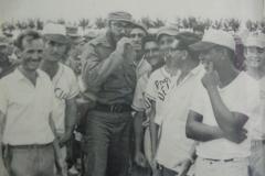En la comunidad Dalia, cerca de Venegas, en Yaguajay, Fidel se suma al team pelotero del pueblo, juega un partido y después les envía un traje nuevo a los equipos.