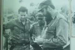El Comandante Fidel Castro aborda junto a Luis Felipe Denis, jefe de la Seguridad del Estado en el Escambray, aspectos de la lucha.