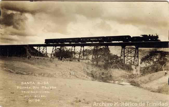 El puente sobre el río Agabama, el más largo de su tipo en Cuba y uno de los mayores de Latinoamérica, fue concluido el 4 de febrero de 1919. La foto fue tomada un año antes, en plena etapa constructiva.   (Foto: Cortesía de la Oficina del Conservador de Trinidad y el Valle de los Ingenios)