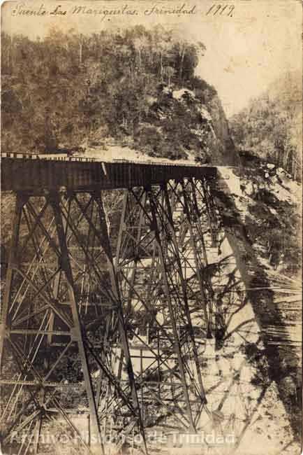 Una larga y enorme estructura de madera sobre un abismo sostenía aquel tramo de la vía férrea que unía a la ciudad de Trinidad con Fomento
