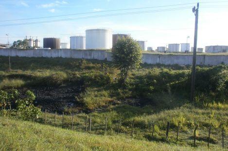 Huellas del derrame. Del lado de allá de la tapia de la industria se encuentra la trampa por la que se desbordaron 15 000 litros de crudo.