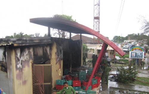 Extinguen incendio en establecimiento comercial de Zaza del Medio
