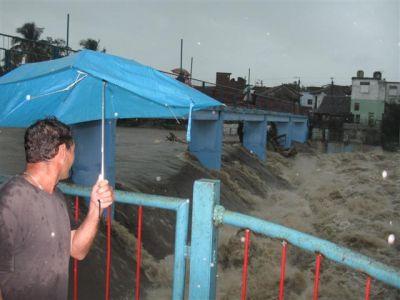 Las intensas lluvias que continúan afectando a la provincia durante este viernes 25 de mayo, han contribuido al desbordamiento de ríos, como el Yayabo, en el centro de la ciudad de Sancti Spíritus. (foto: Vicente Brito)