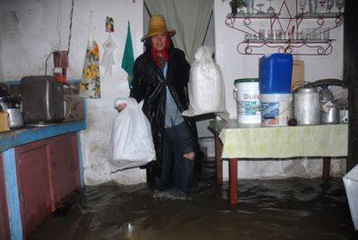 Las personas se trasladan junto a sus bienes materiales para lugares más seguros. (foto: Oscar Alfonso)