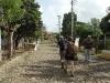 Miles de turistas cubanos y extranjeros recorren cada año el camino empedrado que da acceso a la casa-hacienda y la torre campanario, principales atractivos de Manaca Iznaga.
