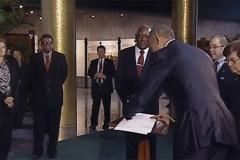 Obama en Cuba. El presidente Barack Obama estampa su firma en el libro de visitante ilustres del Memorial José Martí. (Foto: Juventud Rebelde)