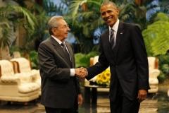 Obama en Cuba. Raúl saluda a Obama durante el recibimiento oficial al Presidente norteamericano. (Foto: Ismael Francisco)
