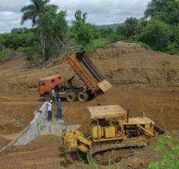 La construcción de una nueva alcantarilla en Maguas corre a cargo de las fuerzas del Ministerio de la Construcción de Villa Clara.