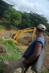 Para acceder a la zona de Maguas, las fuerzas constructoras debieron primero acondicionar un vial de alrededor de un kilómetro de longitud.