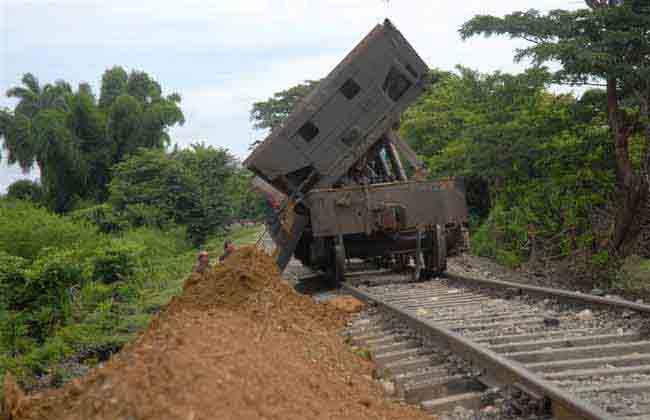 La colocación de material de relleno durante varias jornadas ha mejorado considerablemente la vía entre Manaca y Méyer. (Foto: Oscar Alfonso)