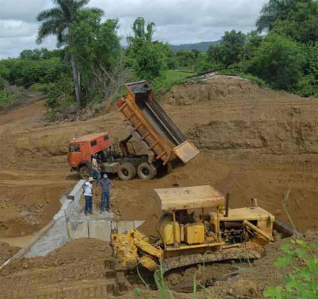 Pese a la persistencia de las lluvias, los constructores adelantan sus trabajos en la alcantarilla averiada en la zona de Maguas. (Foto: Oscar Alfonso)