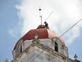 Alpinistas en la Parroquial Mayor. Trabajadores de Emprestur-Varadero asumen la pintura de la Iglesia Parroquial Mayor, como parte de las acciones por el cumpleaños de la villa.